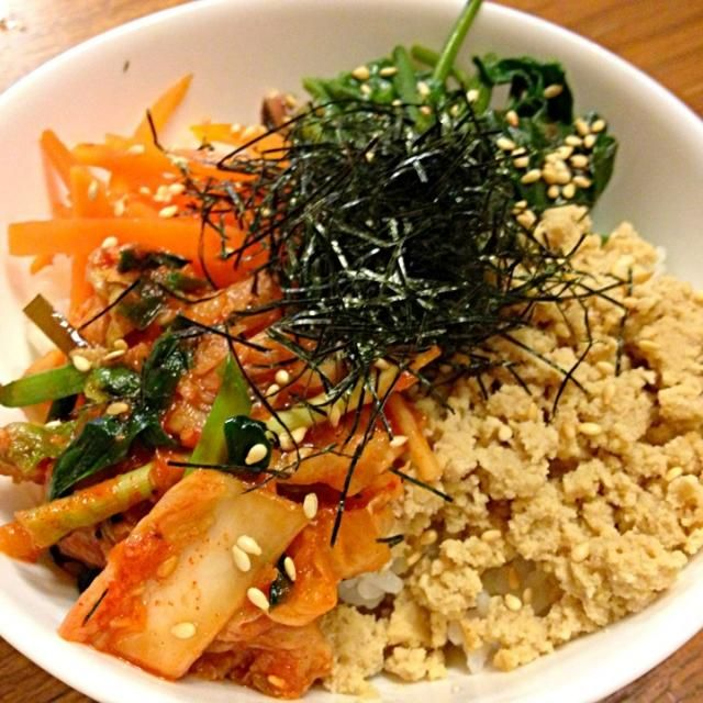 今日の晩ご飯は、手作りのキムチをのっけたビビンバ丼です〜♪ そぼろは、高野豆腐で作りました(*^_^*) - 8件のもぐもぐ - 手作りキムチdeビビンバ丼 by china1