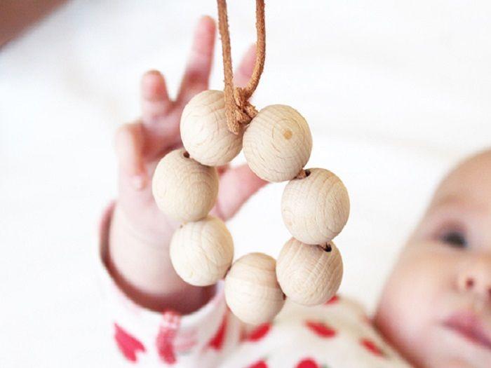 Un tutoriel très simple pour créer soi-même un anneau de préhension pour bébé ! Avec un peu de peinture pour bébé pour ajouter une touche de couleur et pourquoi pas quelques grelots.