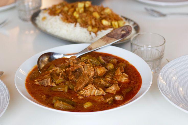 """Bamya/bamia är en favorit som tillagas i hela Mellanöstern. En mustig röd gryta med okra och mycket vitlök. Ordet bamya som betyder """"okra"""" är huvudingrediensen i denna rätt. Underbar gryta som kan tillagasoch smaksättas på olika vis, här kommer 3 olika recept och tips på goda tillbehör som passar till. Vegetarisk bamya- recept HÄR! Irakiska …"""