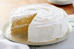 El secreto de este sabroso pastel de limón es el paquete de gelatina JELL-O que se mezcla con la harina preparada para pastel de caja.