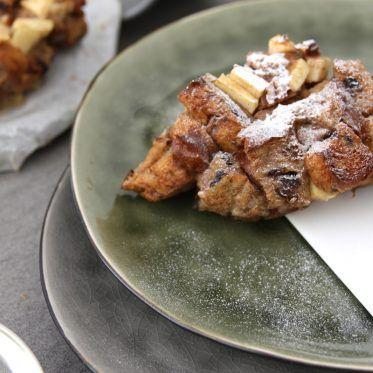 Krenten-brood-pudding met appel, kaneel een pecannoten