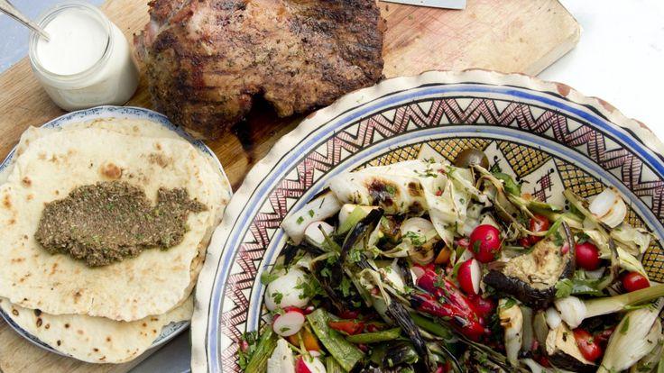 Tareq Taylor lager mat til et lite selskap når han inviterer på grillet lammestek og grillet salat. Her får du også oppskrift på yoghurtdressing, oliventapenade og tynnbrød.