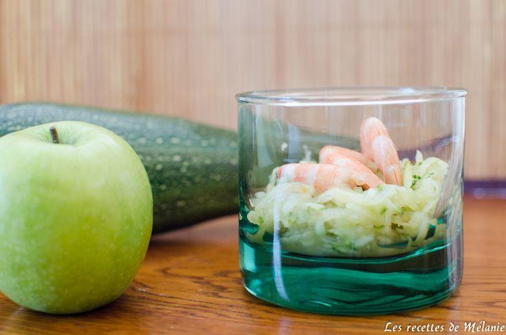 Une recette d'entrée fraiche et légère idéale pour l'été. Les courgettes se mêlent à la pomme granny, au jus d'orange et aux crevettes.