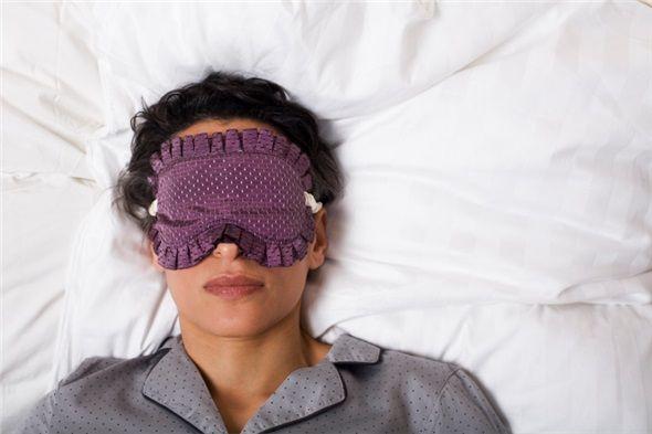 İçinde tenis topu olan bir bel çantası takın ve sırtınızın boşluğuna getirin. Böylelikle uykunuzda her sırtüstü dönüşünüzde rahatsız olup yan yatabilirsiniz.