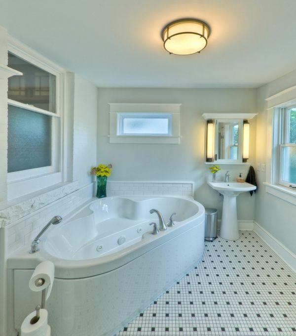 intérieur de salle de bains splendide, une petite baignoire d' angle balnéo