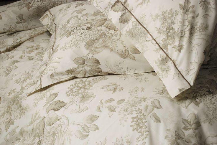 Copripiumino Elisir Beige  Elisir: Design calmo e distensivo, sarà come un balsamo rilassante, quando si va a letto dopo una giornata di fatiche. 100% Cotone.