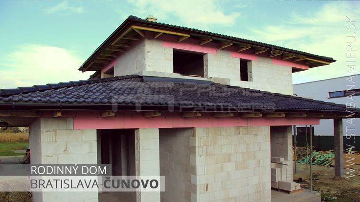 Rodinný dom v Bratislave časť Čunovo. Hrubá stavba je hotová. Momentálne čakáme na okenné konštrukcie.