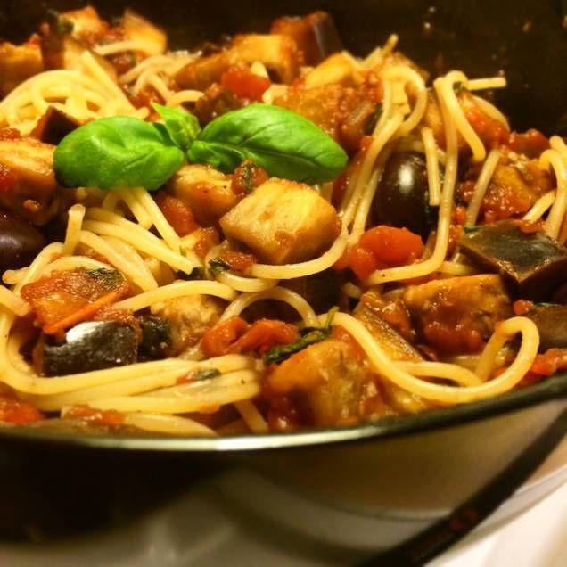 Pasta i tomatsås med aubergine, oliver och basilika - Mitt kök