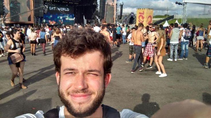 Duas coisas que me marcaram no Lolla 2017: o sol e o palco Skol. O primeiro não deu trégua e castigou quem chegou mais cedo nos dois dias de evento; o segundo, foi onde mais fiquei para ver os shows. Assim como Rancid e Jimmy Eat World, que tocaram pela primeira vez no Brasil, também fiz minha estreia no Lolla. A dimensão do festival chega a assustar: é só pensar no palco Ônix que já fico cansado, e as quase 200 mil pessoas que passavam de lá para cá nos dois dias de evento parecia animação…