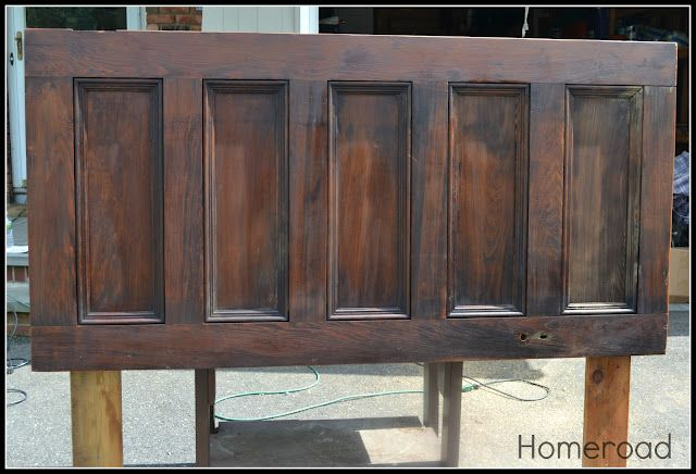 This+old+door+made+the+perfect+headboard.+We+cut+off+a+foot+of+the+door+and+polished+it+up,+added+legs+and+it's+ready+to+go! See+the+tutorial: http://www.homero…