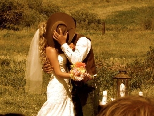 Country Love snaps: Cowboys Hats, First Kiss, The Kiss, Country Boys, Country Weddings, Cowboys Weddings, Photo Idea, Cute Pictures, Pictures Idea
