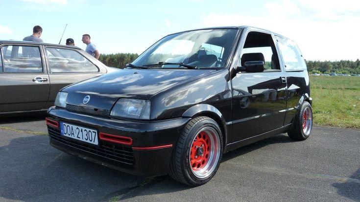 Ten mały Fiat urzekł Polaków. W latach 90. to właśnie on był jednym z podstawowych środków poruszania się po mieście. Gdy wypuszczono Cinquecento Sporting (fot), zainteresowali się nim także najmłodsi kierowcy, którzy chcieli poczuć odrobinę więcej mocy. Nawet w chwili obecnej spotkamy ich sporo na naszych drogach. Jest niemalże niezniszczalny, a wszelkie naprawy nie wiążą się z dużymi wydatkami, tak jak to jest w pojazdach współczesnych. #auto #samochód #fiat #motoryzacja #cinquecento…