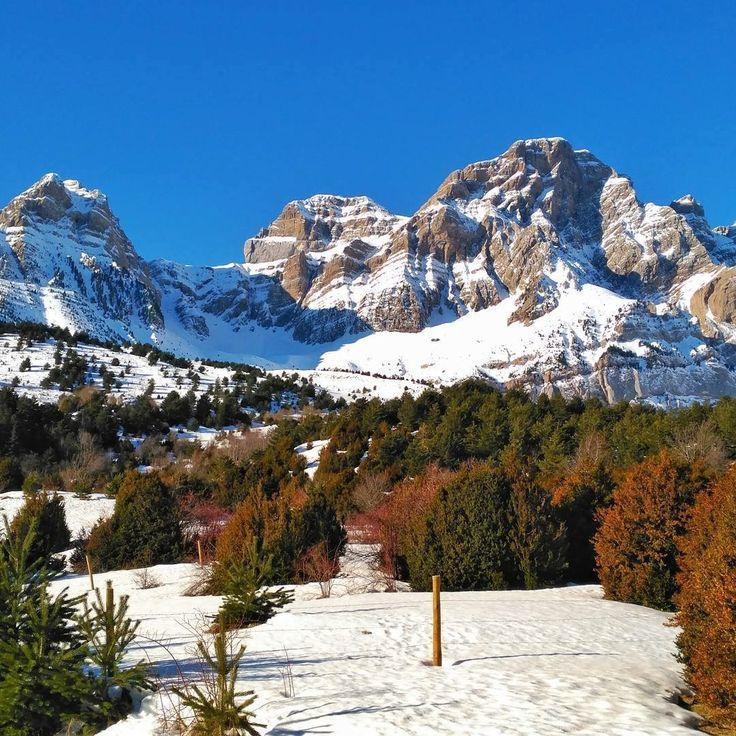 En la cabecera del Valle de Tena Peña Telera, #Piedrafita, #Huesca.   #CasaBiescas #Paisajes #Pirineos #nieve #nature #naturaleza #piedras #montañas #miraragon #casarural #instagood #igersaragon #rinconesdelpirineo #turismo #puravida #sendero #viajar #valledetena #pirineos #pyrenees