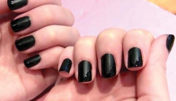 Kleur je nagels klassevol zwart:Stap 1: Breng een basislaag in een neutrale of doorschijnende kleur aan om je nagels te beschermen.Stap 2: Kies voor een matte zwarte nagellak en breng deze zorgvuldig op je nagels aan. Laat volledig opdrogen.Stap 3: Werk je nagels bij met een borsteltje of wattenstaafje dat je doopt in nagellakremover.Stap 4: Neem een stukje plakband en knip er een V-teken in. Je knipt dus met andere woorden van elke kant een stukje af, waardoor je plakband in een punt…