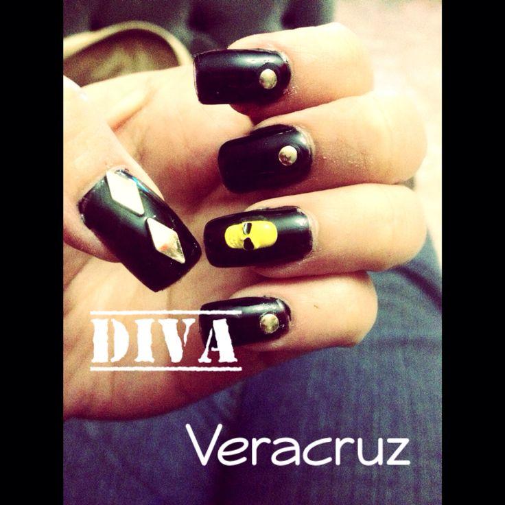 Uñas de #Halloween #Negras con bisutería de calavera amarilla. #Nails #Uñas