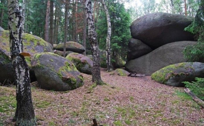Czech Repubic  Česky-unikát-viklan-u-Žihle-který-přivolává-déšt.V minulosti se název viklan používal výhradně pro kamenné bloky, které bylo možno rozkývat. Dnes je však mezi viklany zařazeno i mnoho útvarů,