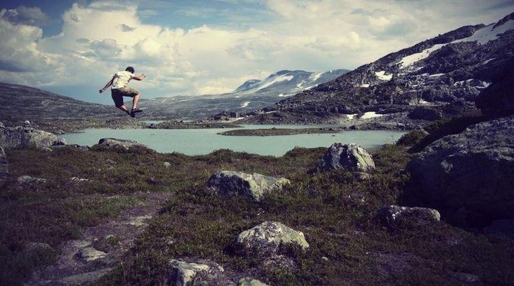 """""""Wanderlust stapelde zich in mij op. Op een mooie ochtend in juli besloot ik de knoop door te hakken en op reis te gaan. Diezelfde dag kocht ik een ticket voor de ferry. Ik ga naar Noorwegen!"""""""
