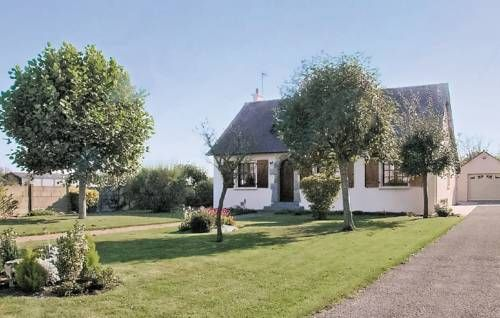 Holiday Home La Fresnais Rue Des Forts Morin La Fresnais Situated in La Fresnais in the Brittany Region, this detached holiday home is 14 km from Saint Malo. The unit is 24 km from Le Mont Saint Michel, and guests benefit from free WiFi and private parking available on site.  A TV is provided.