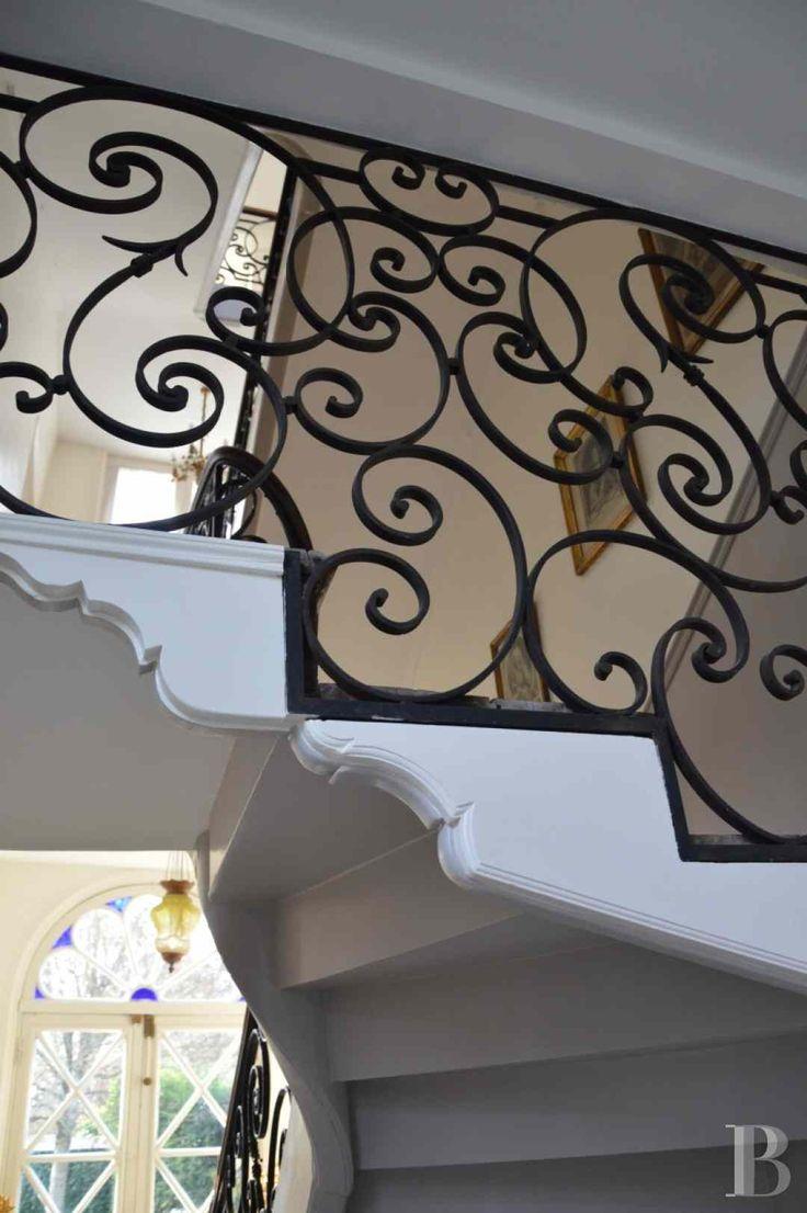à Châlons en Champagne, hôtel particulier du 18°s. (pr les chiens assis et la porte, cf.Hôtel de Tingry à Fontainebleau)