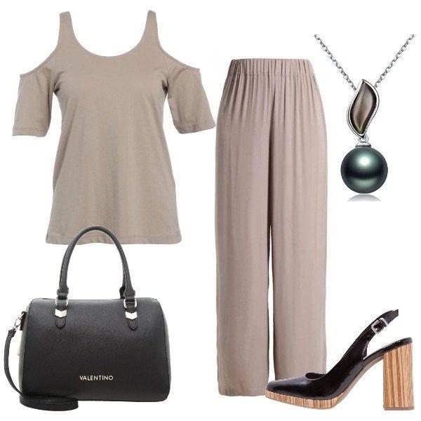 Un colore tenue per i pantaloni ampi , dal tessuto morbido e per la t-shirt che lascia le spalle scoperte. Le scarpe sono delle décolleté con un originale tacco in legno, mentre la borsa è un bauletto nero. Completa la composizione una collana con una perla nera.