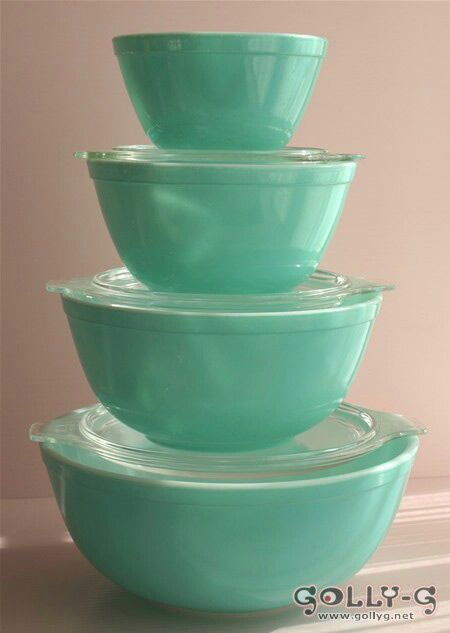 Oh, my gosh! I would trade my vintage primary color pyrex mixing bowls for this set! To die for.