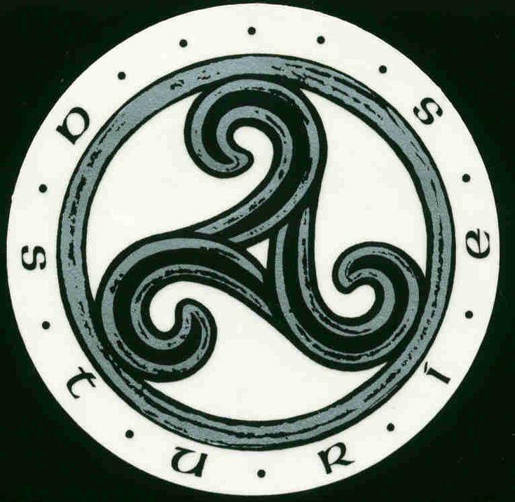 El número tres   Era sagrado, el más importante en la cultura celta.  Triskel   Son tres brazos unidos en un punto central. Los brazos del Trisquel suponen la unión de los tres elementos fundamentales dentro del cosmos celta: la tierra, el agua y el aire.