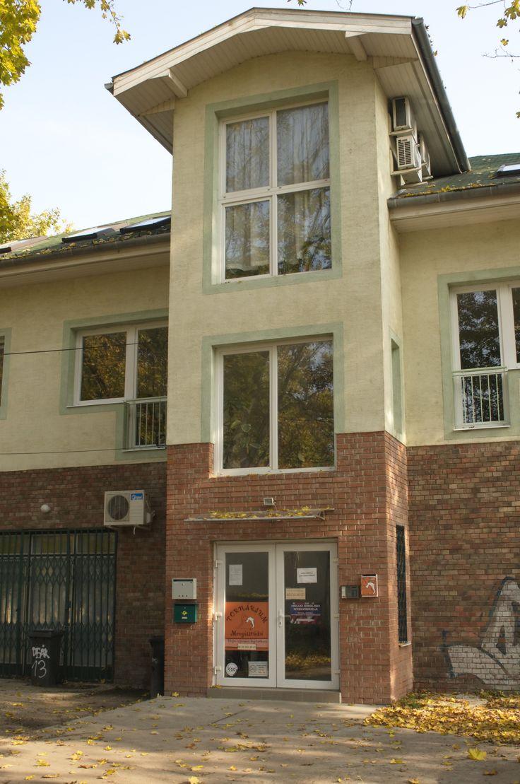 A nyelviskola az udvar felől található lépcsőházon keresztül közelíthető meg.