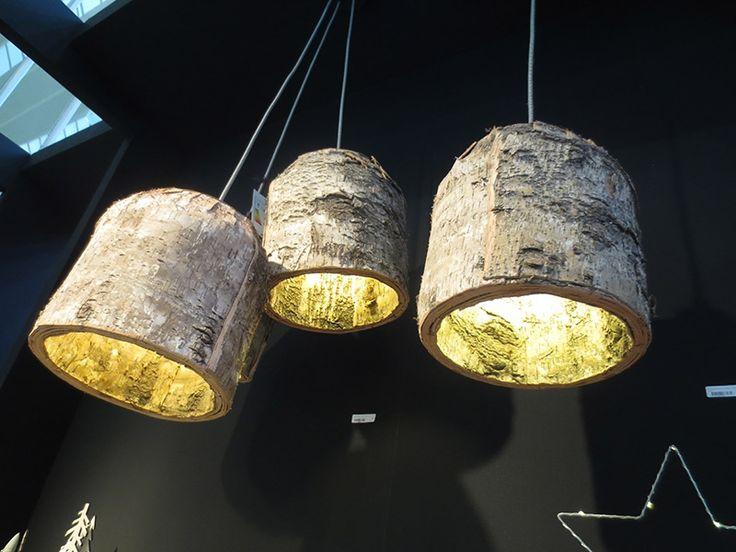 Da, este o lampa din lemn natur! Aspectul deosebit poate oferi incaperii un mic spectacol al luminilor! Asadar, vrei un bilet?