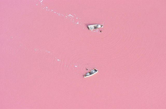 E se tudo fosse rosa? Olha o lago Retba, no Senegal e o Lago Hillier na Austrália!