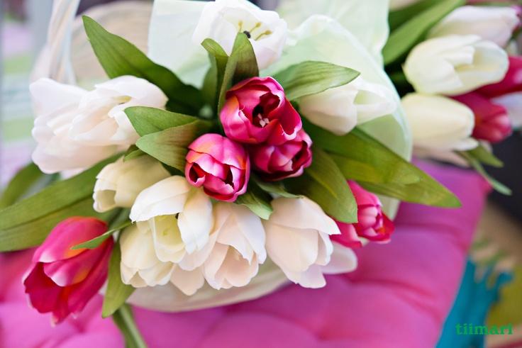Ihanat tulppaanit iloisissa väreissä.