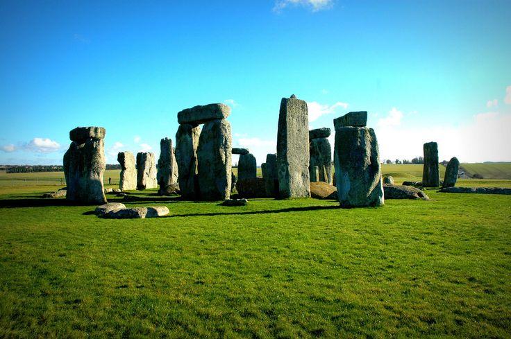 広大な芝にそびえ立つ神秘的な巨石群「ストーンヘンジ」‐イギリスの絶景・名所‐