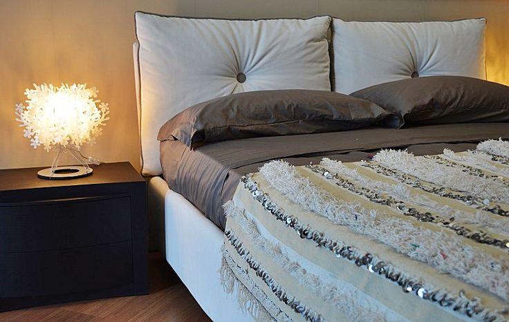 Bellissima handira vintage, la tradizionale coperta nuziale berbera, che può essere usata oltre che come coperta, anche come tappeto, per vestire un divano o appesa al muro per decorare una parete, apportando un tocco di raffinatezza e glamour in ogni ambiente. Realizzata a mano dalle popolazioni berbere dell'Alto Atlante in Marocco, è in lana e cotone e decorata con paillettes in metallo che scintillano e con il movimento producono un dolce suono #boho #EthnicDecor #GlobalDecor #hippie