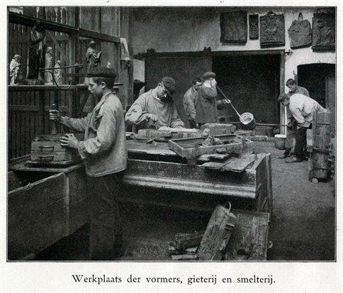 Interieur van de Edelsmederij Brom (Drift 15) te Utrecht: werkplaats van de vormers met gieterij en smelterij, 1910