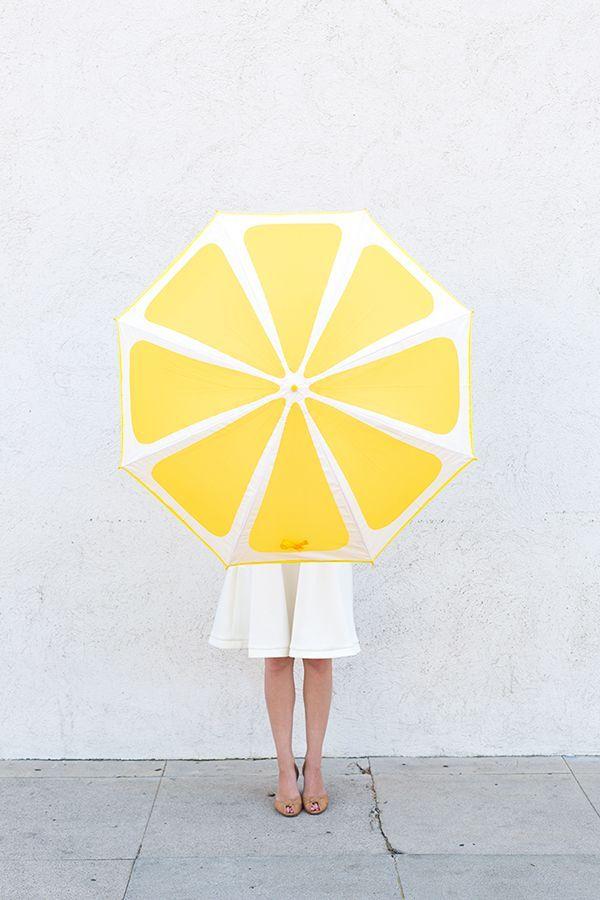 DIY Lemon Slice Umbrella. (The link also contains tutorials for watermelon and kiwi DIY umbrellas.)