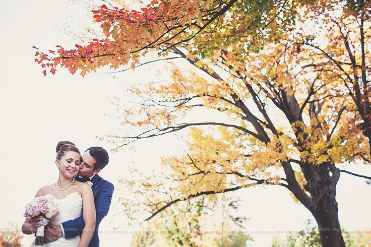 Séance de couple à l'automne, couple photoshoot in fall, Mariage bleu à l'auberge des Gallant Photographe de mariage haut de gamme / Fine Art Wedding photographer à  Montréal et International - Bon...