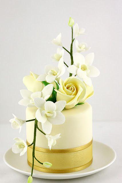 Tarta de un piso. Blanco y dorado. Flores.