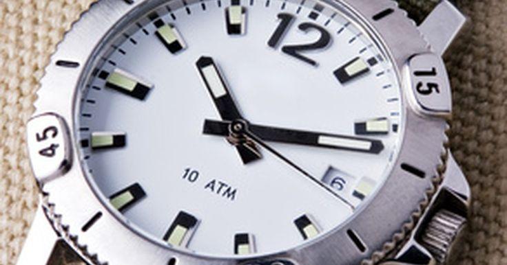 Cómo regular un reloj mecánico. Regular un reloj mecánico es una tarea relativamente fácil que requiere pocas habilidades y mucho de intentar y errar. La mayoría de los relojes mecánicos son piezas clásicas producidas antes de 1970. Aunque muchos relojes producidos ahora son modelos de cuarzo con energía por baterías, los relojes mecánicos permanecen en producción. Una máquina ...