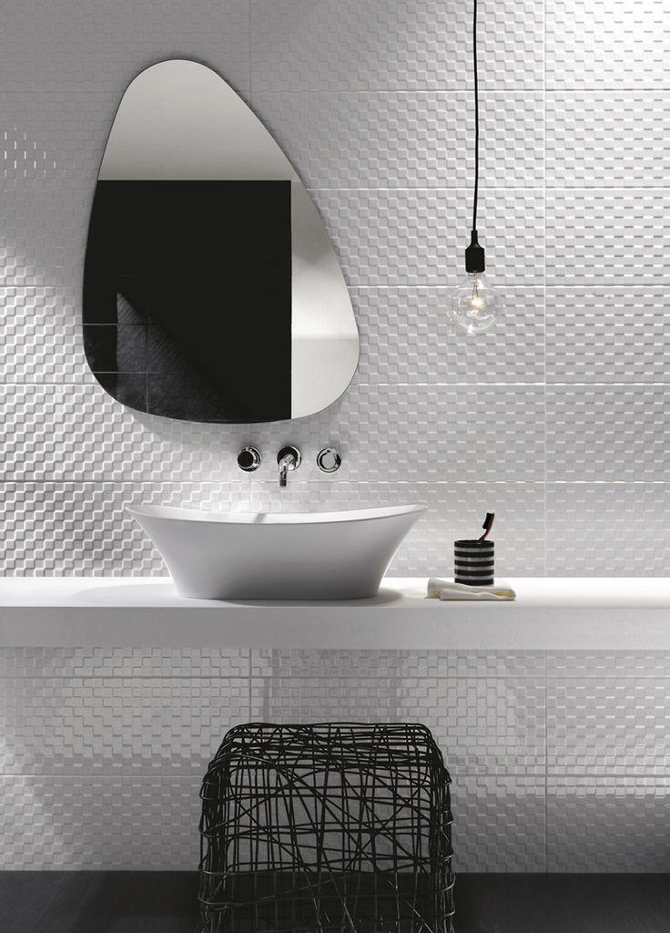 Banheiro branco, simples mas com estilo.