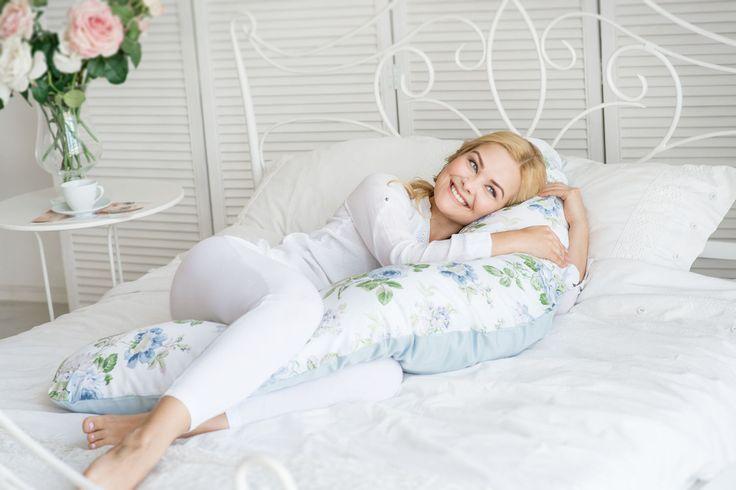 Подбираем подарки для будущих мам!   Подушки для беременных уже давно стали полюбившимся аксессуаром будущих мамочек. Прежде всего такая подушка помогает справиться с проблемой дискомфорта во время сна. Давайте разберемся, чем же она может быть полезна беременной женщине?  ✅Оказывает поддержку растущего живота, снижая тянущие боли мышц. ✅Вы ее обнимаете руками и ногами и тем самым расслабляются мышцы бедер и спины, исключается давление друг на друга коленных суставов и неправильное положение…