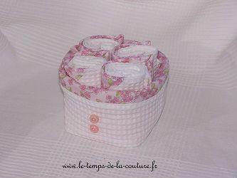ENSEMBLE SALLE DE BAIN - Corbeille + 4 serviettes d'invités - Tons de blanc, rose et vert tendre - FAIT MAIN.