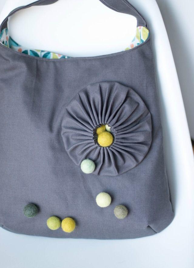 Taschen nähen schlicht und doch aussergewöhnlich. Aus grauen Canvas und bunten Innenleben und natürlich der Clou die Filzkugeln.