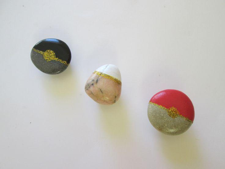 3 magnets petits galets de décoration noir, blanc, rouge, pailletés dorés : Accessoires de maison par maskott
