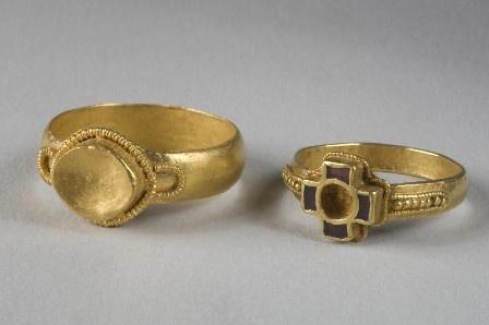Deux bagues en or et grenat, Sépultures du chef franc et de la jeune femme, première moitié du VIe siècle, site de La Tuilerie. Collection du musée de Saint-Dizier