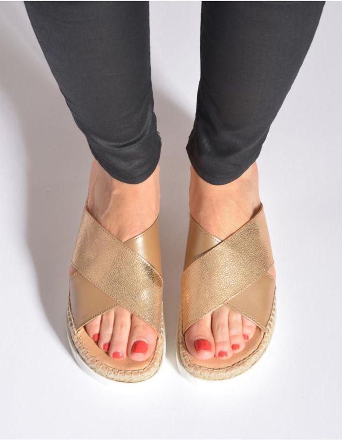 Sandales dorées Kanna, 89€ sur Sarenza.com