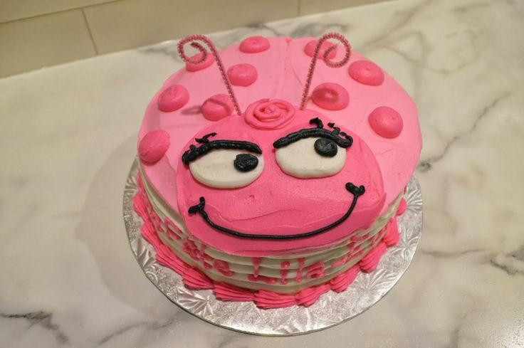 Pink ladybug cake for a girl's birthday in buttercream. Gâteau en forme de coccinelle rose en buttercream pour la fête d'une petite fille.