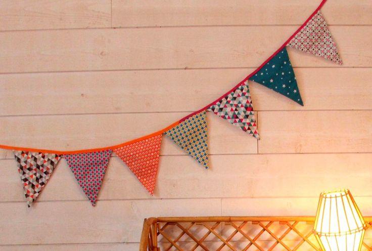 Recyclez vos chutes en réalisant une guirlande de fanions en tissus. Décorez une chambre d'enfant ou créez une ambiance festive pour les grandes occasions !