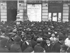 Madrid, 22/12/1906. Sorteo de la Lotería de Navidad, el público en la calle Alcalá leyendo la lista del Heraldo de Madrid.