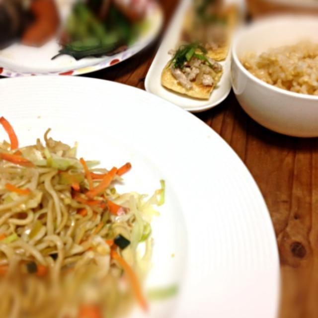 まじょかごはん 9/29 晩ご飯 ▪玄米ごはん ▪きのこのお味噌汁 ▪野菜たっぷり塩焼きそば ▪ソイそぼろのせたお揚げさん ▪小松菜&あらめ ▪お煮しめ  作り置きして、それをもとに色々作ろうと思っていたのですが、あまりにもソイミートのそぼろが美味しくて、玄米のお供にもうなくなっちゃいそうです。。。  軽く焼いた揚げにのせても美味しくて、なんにでもあうなぁ。。。  ほんとはこれを、餃子やら、チャーハンやら、青菜と合わせて中華炒めやら、茶碗蒸しやら、色んなところに使いたい。 はたして、足りるか。 - 22件のもぐもぐ - マクロビごはん by madokamorita