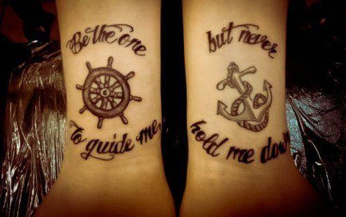 Pareja mostrando sus tatuajes en el brazo en forma de una ancla y un timón de barco