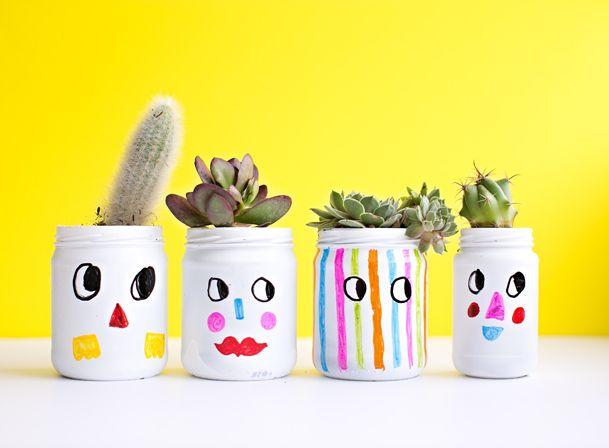Crea un jardín con tus hijos y disfruta de buenos momentos al lado de ellos. Para hacer estas sencillas materas necesitas: pintura blanca, frascos de vidrio, marcadores permanentes, plantas pequeñas.  Pinta cada uno de los frascos. ¡Dibuja caras divertidas en ellos utilizando los marcadores! Déjalos secar. Enséñales a sembrar añadiendo la tierra con una cuchara y luego las plantas. Termina agregando un poco de agua. ¡Cuídalas y consiéntelas! Imagen: Pinterest